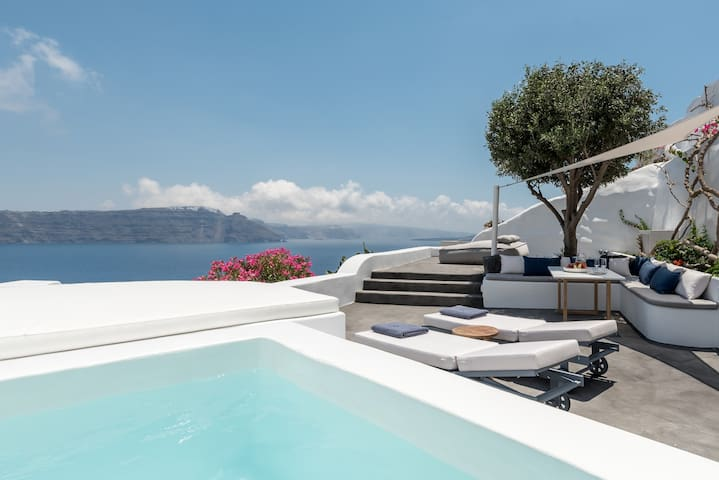 Olive Tree Suite with Plunge Pool and Caldera View