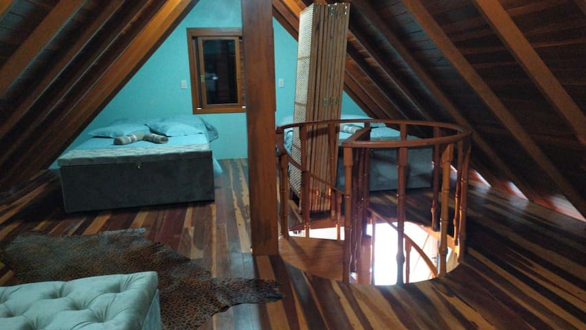 Escadaria que dá acesso ao quarto na parte superior.