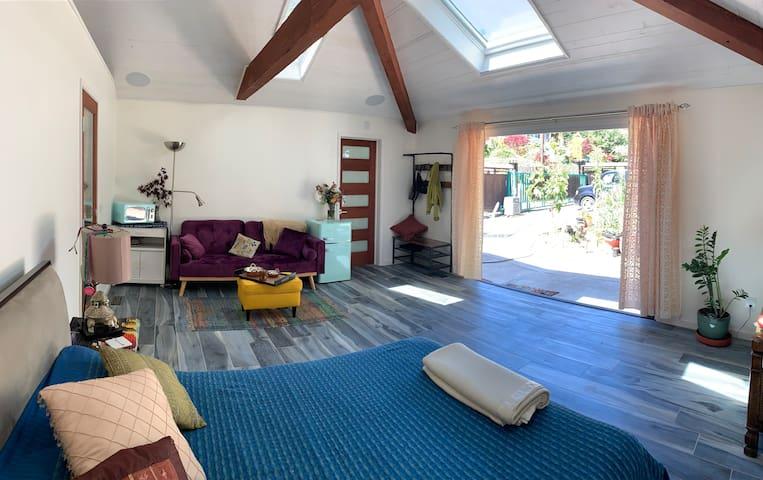 Chic Garage Garden View: East Bay Relaxing Retreat