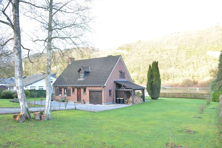 House along the Meuse, with pontoon, beautiful enclosed garden, ideally located