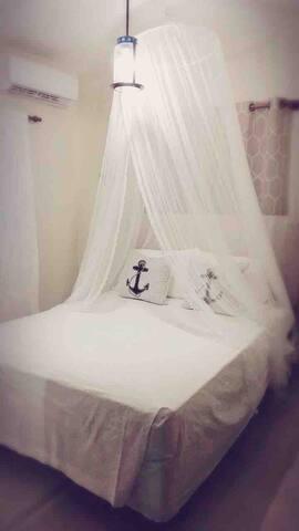 Bedroom with air conditioner and a queen bed, segunda habitación con aire