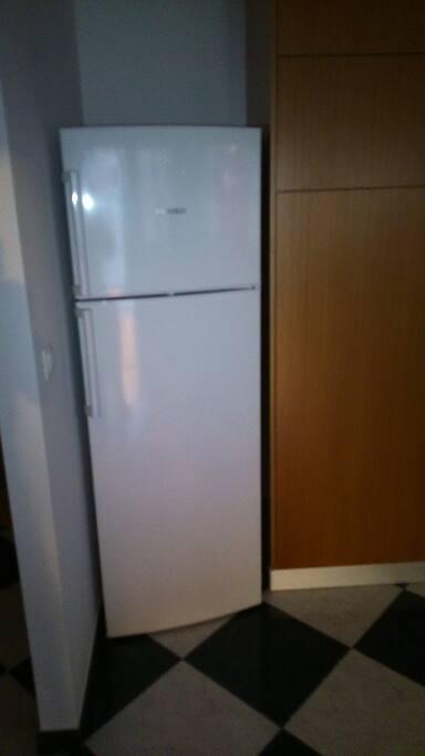 Grand frigo avec congélateur...