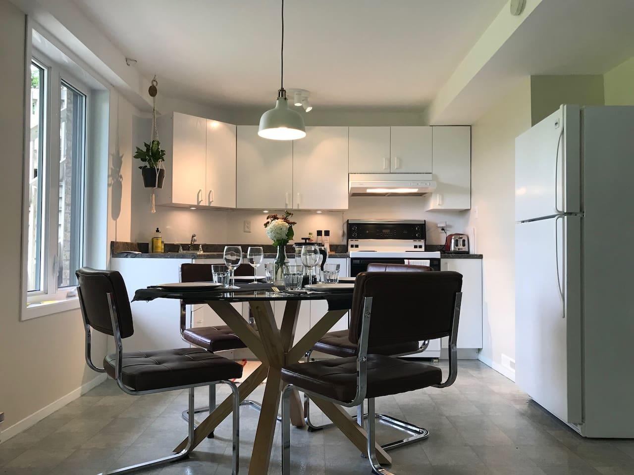 La cuisine.  Toute équipée, pouvant recevoir facilement 5 personnes. -  The kitchen. Fully equipped, can easily accommodate 5 people.