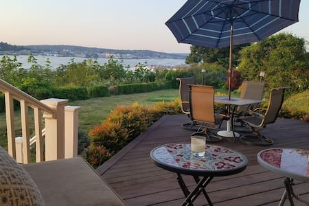 Sunset Bluff LLC-Roomy relaxation, stunning views