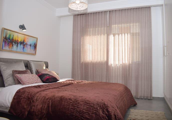 La deuxième chambre avec un lit king size,matelas et coussins orthopédiques .