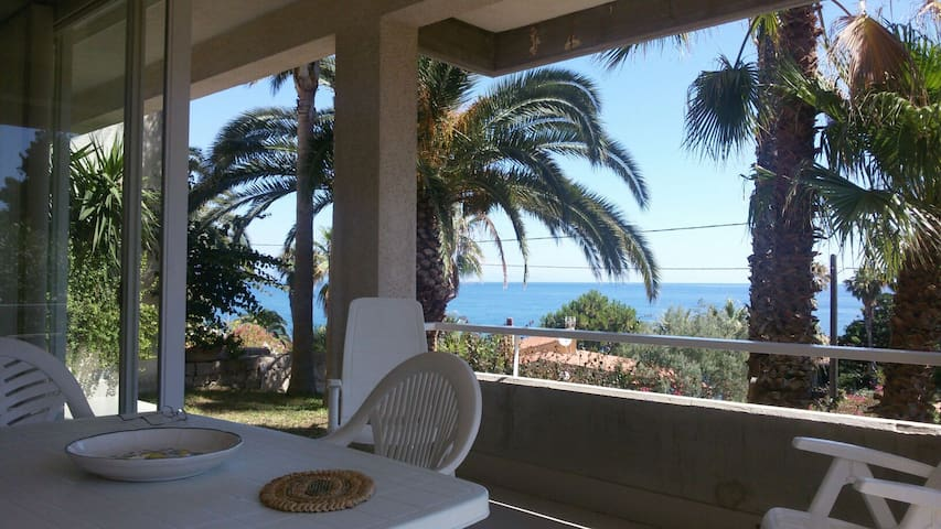 Arcile - By the Sea. Californian style with garden