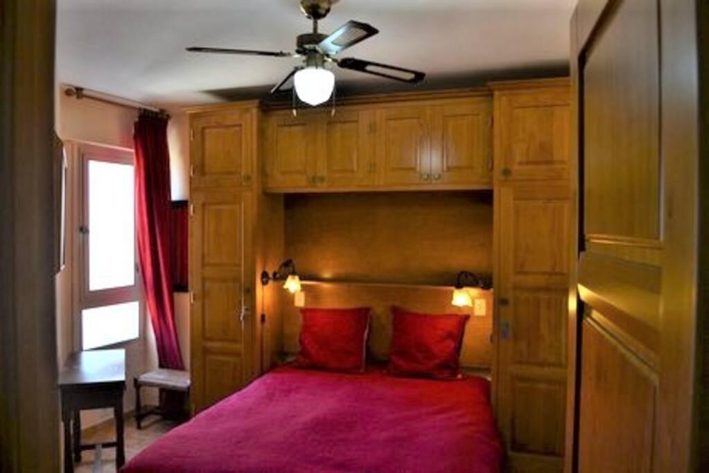 La première chambre, équipée d'un grand lit très confortable de 200x150