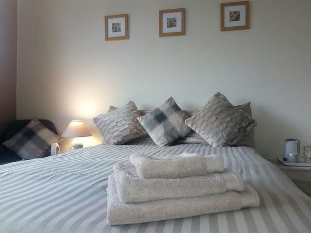Sunderland (Barnes area)  Quiet & Spacious Room
