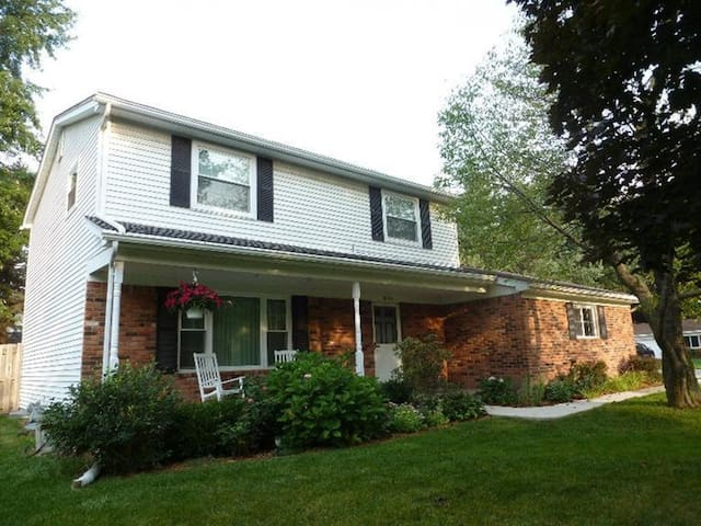 Great home 10 min from UofM & EMU! - Ypsilanti - House