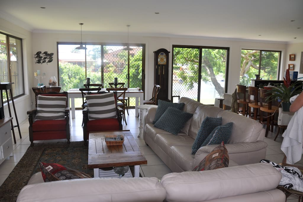 Open plan dining and lounge area