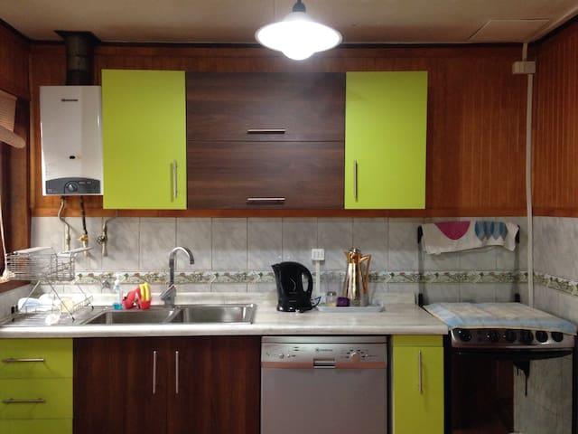 Cocina equipada con lavaplatos, lavavajillas, hervidor eléctrico y cocina a gas