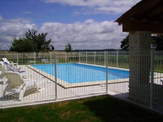 Maison Périgourdine  15 personnes avec piscine