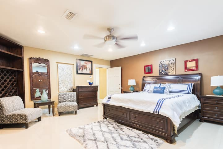 ✅Wide & Spacious Downtown Master King Size Suite ✅