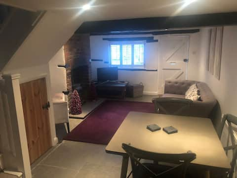 Aldbury village two bedroom country Cottage