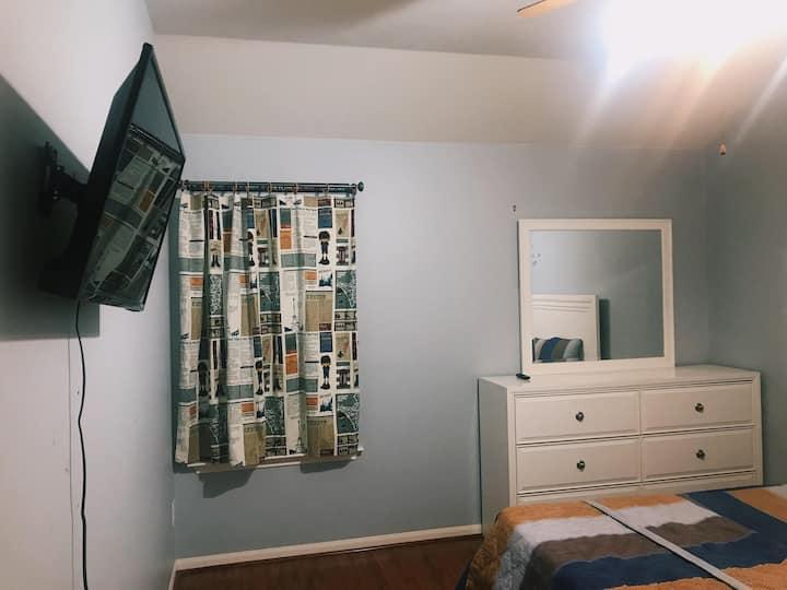 Quiet, Cozy Private Room & Bath --Smart TV--