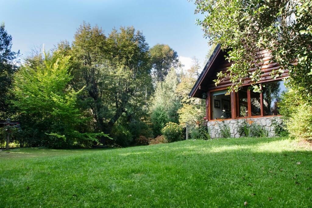 Amplio jardin con importante arboleda autóctona