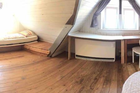 Uriges Zimmer im Dachgeschoss