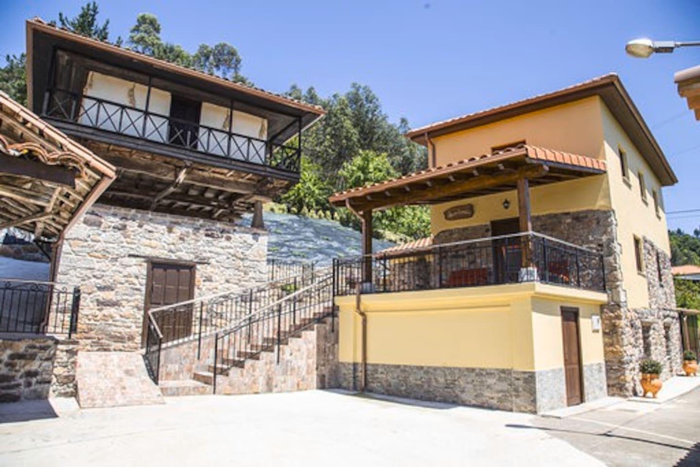 Casa Las Vistas, típica casa de estilo asturiano con paredes de piedra, rodeada de mucha naturaleza y muy soleada. Situada en un pequeño pueblo donde se respira paz y tranquilidad, equipada con todas las comodidades, es ideal para la desconexión.