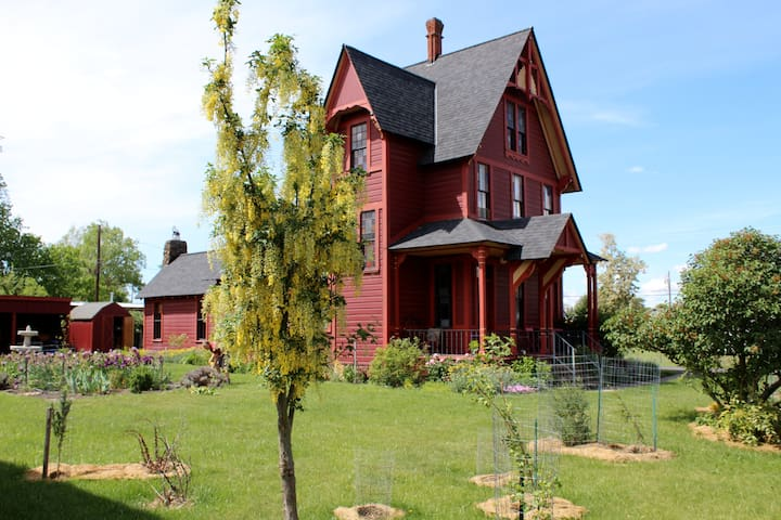 Charming and Eclectic Historic Red House - Goldendale - Huis