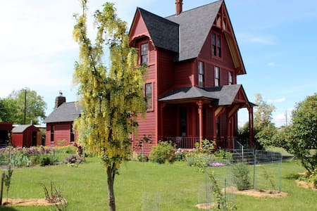 Charming and Eclectic Historic Red House - Goldendale - Hus
