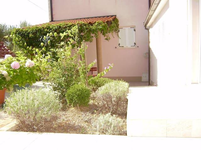 Ap. 6 Beautiful apartment with the garden view - Supetar - Apartemen