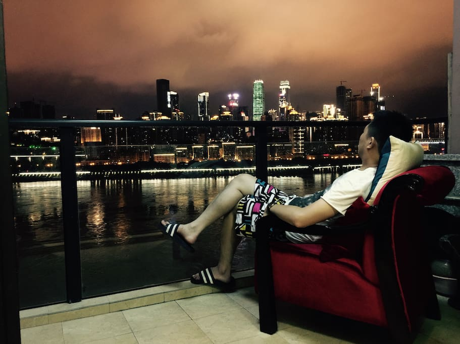 阳台躺椅让你静静欣赏长江美丽夜景!