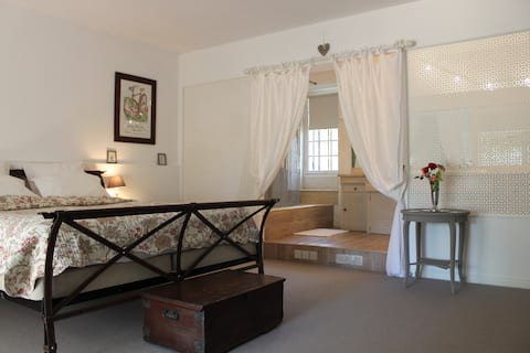 La Grange, French barn sleeps 2 with private pool