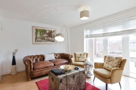 Double bedroom close to Stockley park and Heathrow - West Drayton - 独立屋
