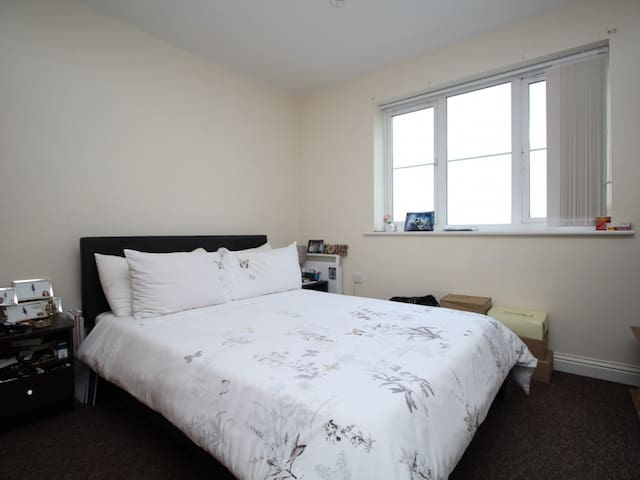 Double bedroom, quiet area, near station & shops - Dartford - Lejlighed