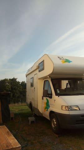 Accueil dans un camping car en Suisse Normande.