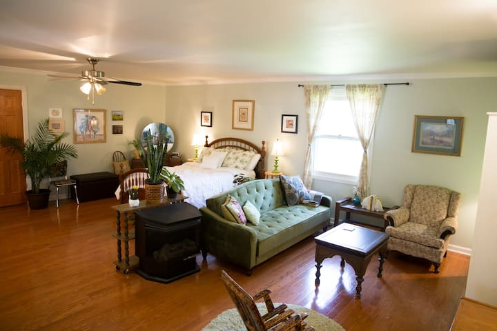 Spacious, Tranquil & Convenient w/ FREE BREAKFAST!