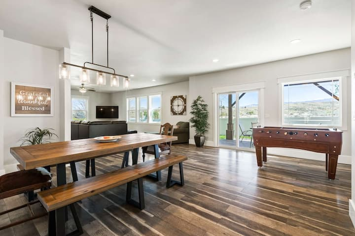 Eagle Crest Lux- Enjoy views and outdoor fun in this Pet Friendly Family Fun Getaway!