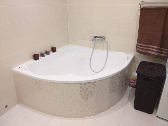 Veľká kúpeľňa s rohovou vaňou aj sprchovacím kútom.