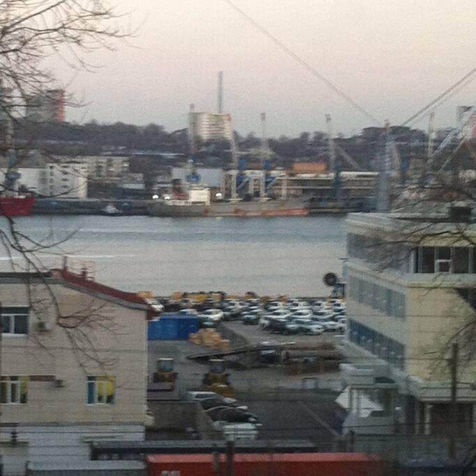 вид из окна на бухту Золотой рог