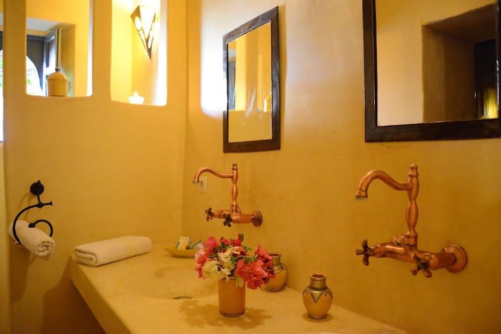 La salle de bain de notre chambre supérieure SAFRAN entièrement en tadelakt traditionnel