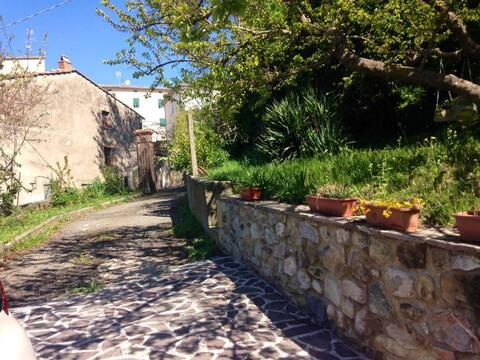 Serrazzano duży dom w zielonym i dużym ogrodzie