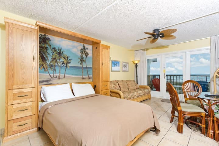 Oceanfront Studio- Private balcony, pool, hot tub