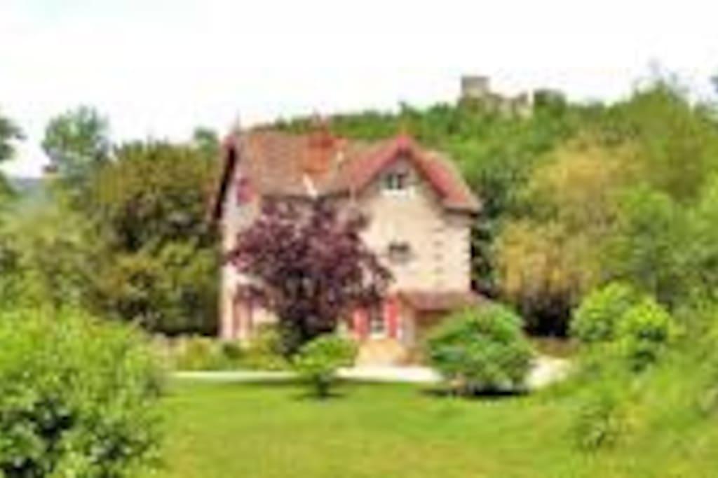 Vue magnifique sur le château de Sauveterre La Lémance
