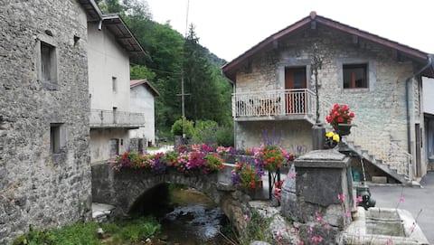 Cerdon landsbyhus ved en  å.