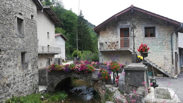 Cerdon maison de village au bord d' un  ruisseau.