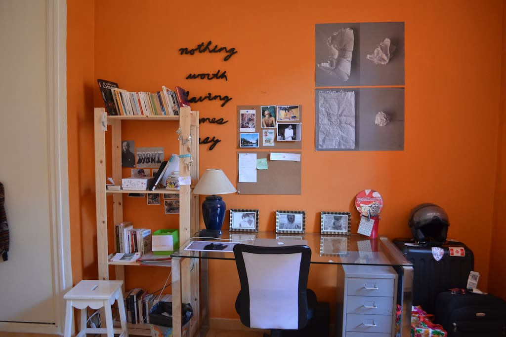 Grande chambre avec un bel espace travail (mes affaires personnelles seront retirées)