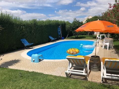 Dom s bazénom a herňou