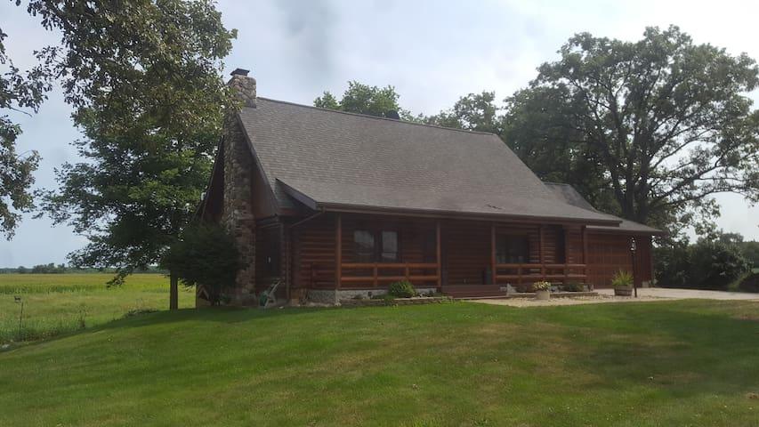 Country Cabin Retreat w/barn close to Rockford