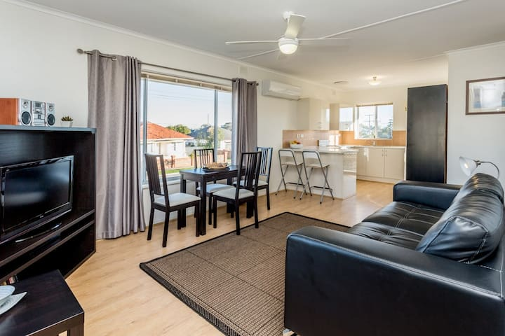 Adelaide 2 Bed Apartment Close to Western Beaches
