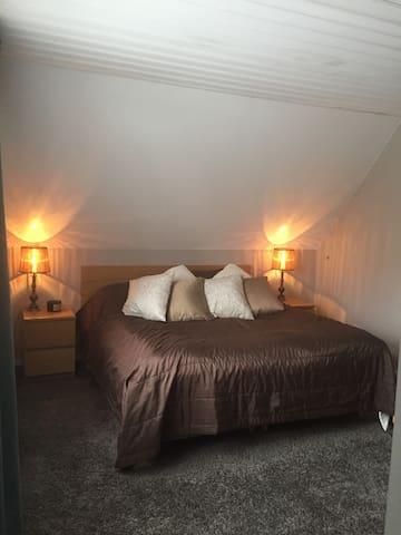 Sovrum 1 Bild 1 av 2 (Masterbedroom) - Sovrum med utgång till balkong. Dubbelsäng 180 cm  bred för 2 pers