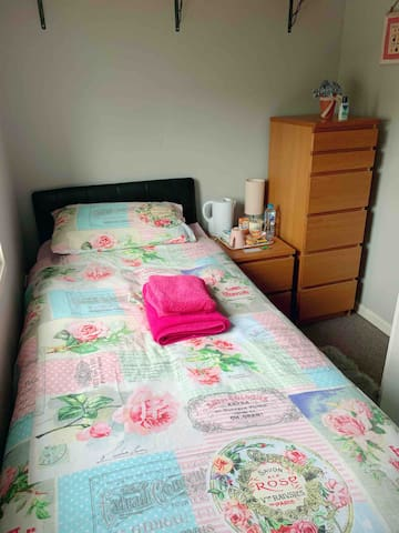 Quiet Single Room, very close to City Hospital