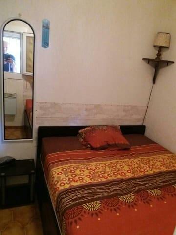 Petite chambre : Lit 2 places  Ventilateur de plafond Penderie