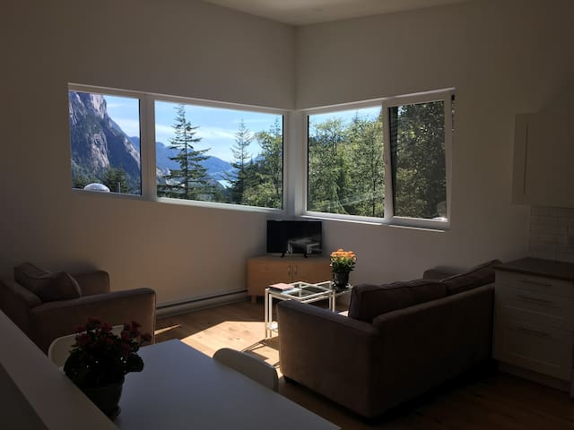 LUXURIOUS UPSTAIRS PRIVATE SUITE/ MOUNTAIN VIEWS - Squamish - Apartemen
