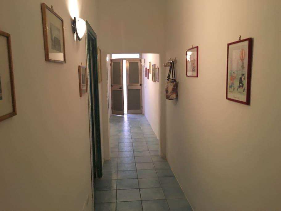 Corridoio con vista porta d'ingresso