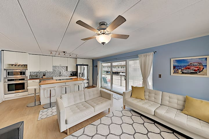 Completely Remodeled Condo, 100 Yards to Beach!